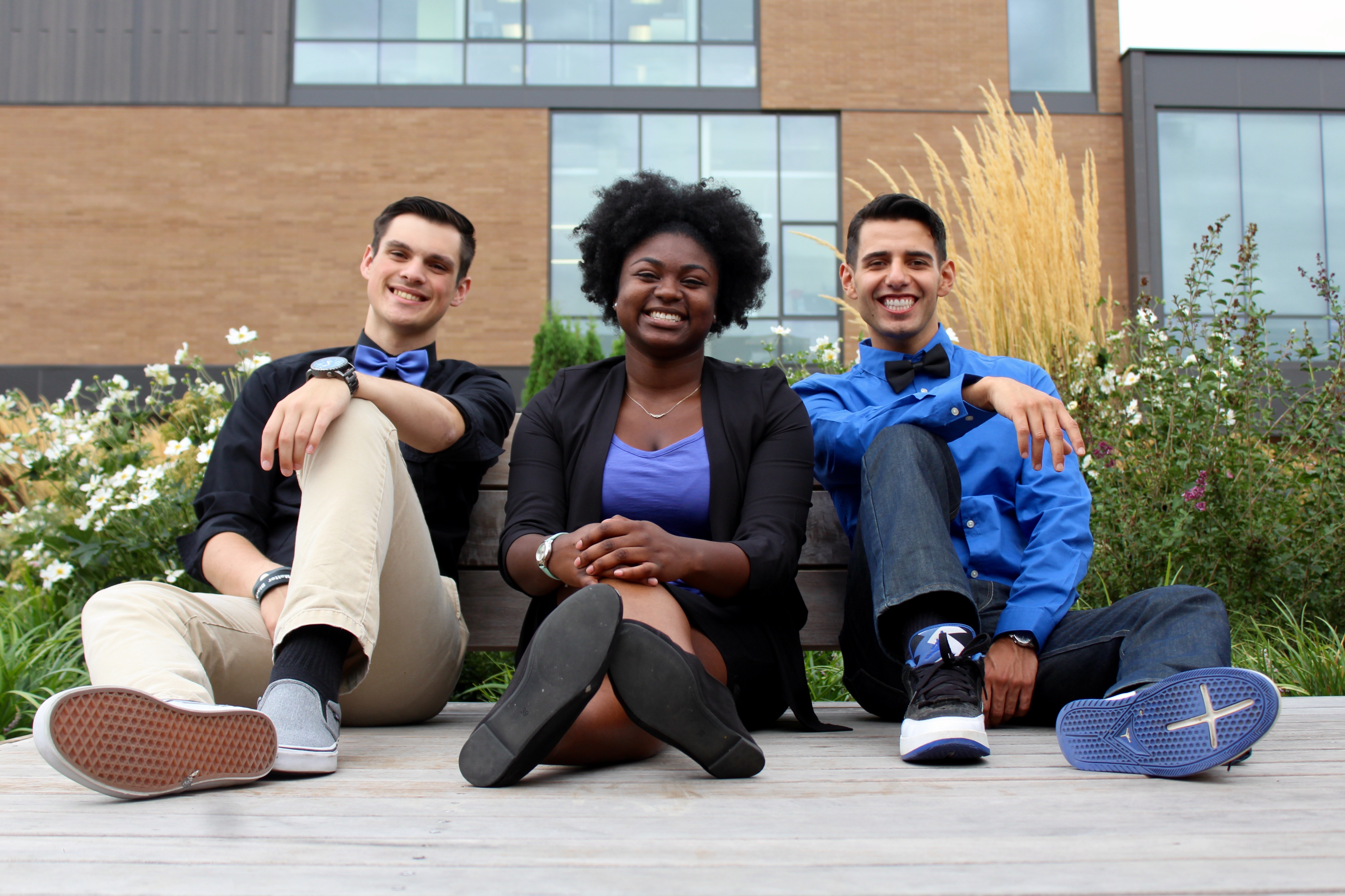 3 students in front of the Cascade SU building