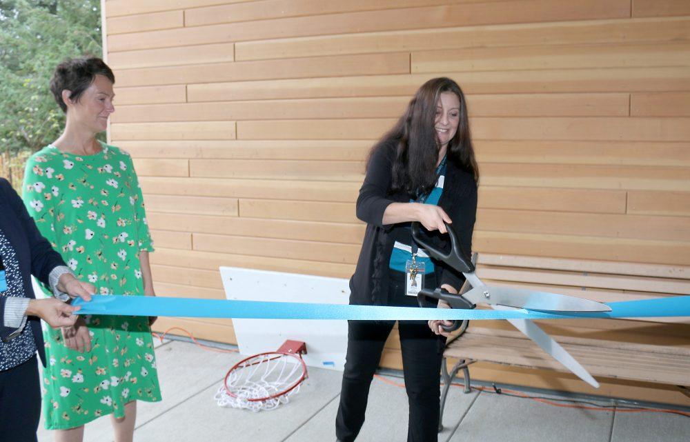 Simone Chaves cuts ribbon at Sylvania.