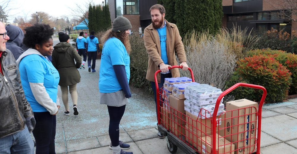 Students take food to Cascade food pantry.
