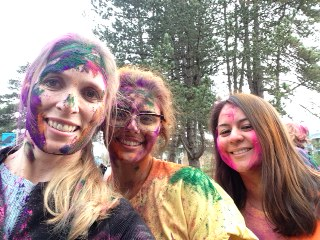 women at a color run